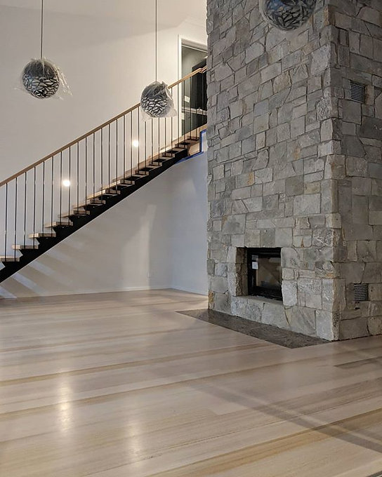 160m² and an open rise staircase of Tas