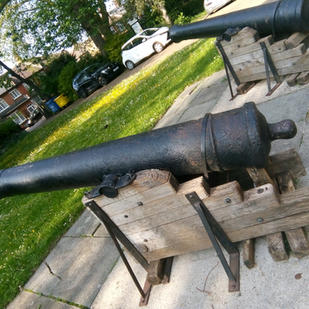 Canons from the period vary in appearance according to whether they were designed to be placed on land...
