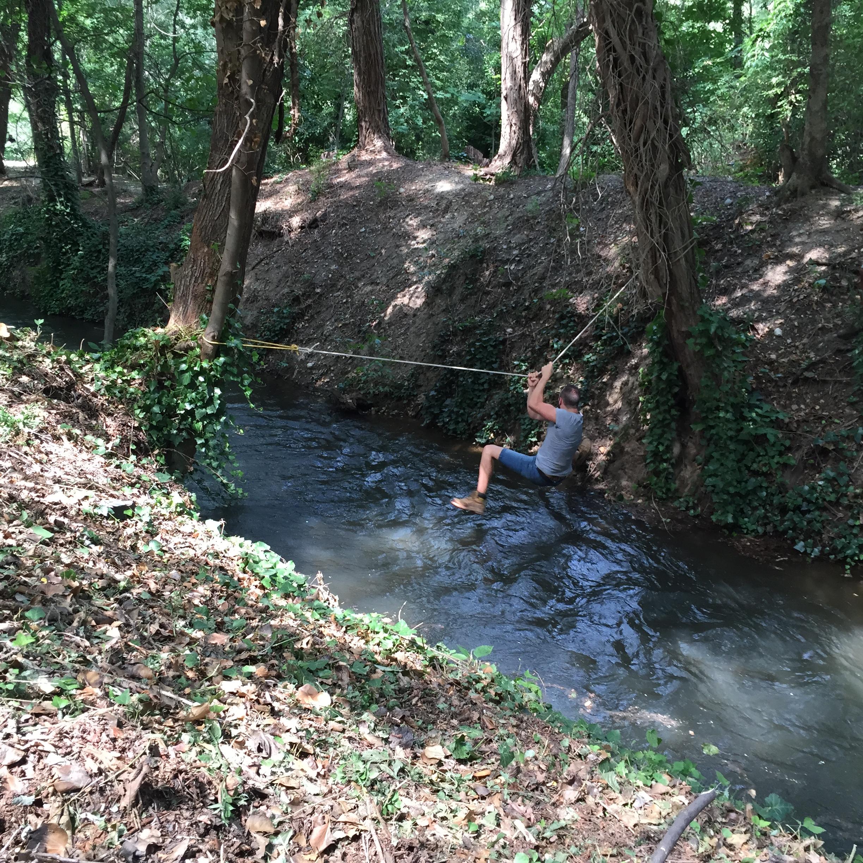 Traverser une rivière en tyrolienne