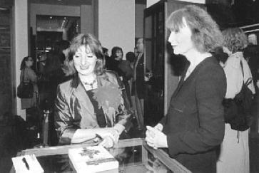 """Annie Mollard-Desfour avec Sonia Ryckiel, préfacière, """"Le Rouge : Dictionnaire de la couleur"""", 2000"""