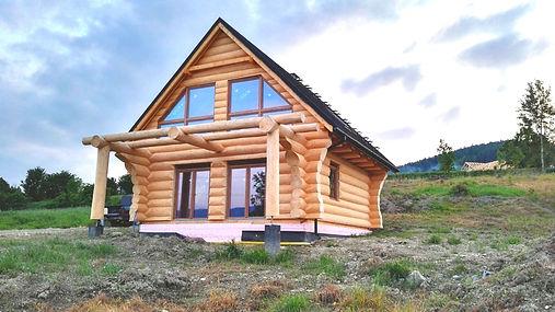 dom z bali - okna PCV brązowe