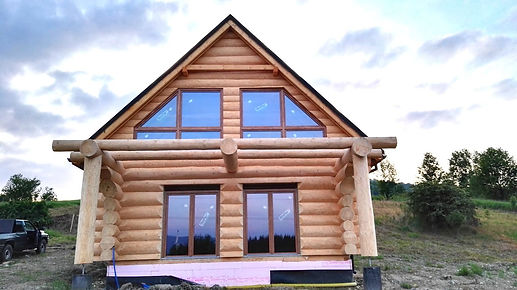 dom z bali - duże okna