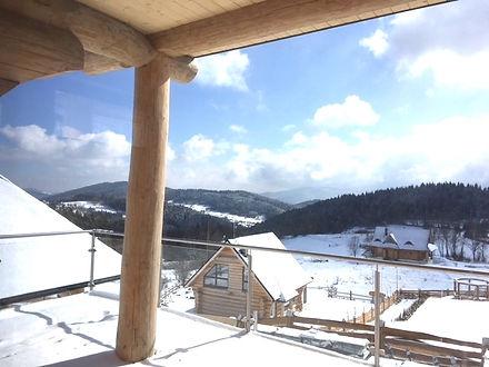 dom z bali - zimowy widok z tarasu