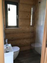 łazienka parter - ściana z bala