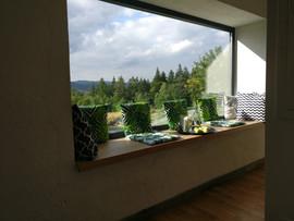 domek dla gości - okno z siedziskiem