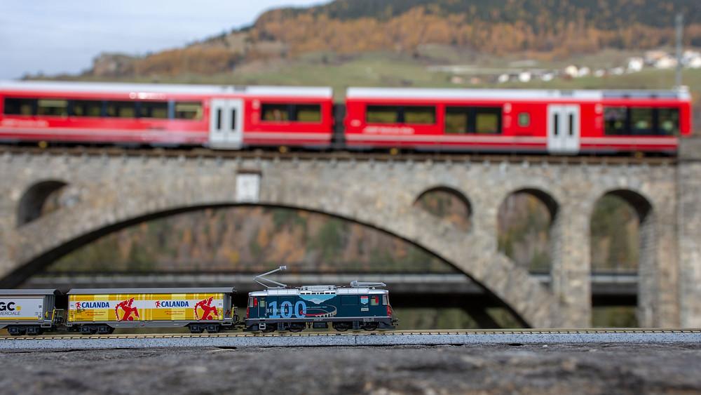 RhB trifft RhB: Ge 4/4 II von MDS Modell auf dem Soliser Viadukt
