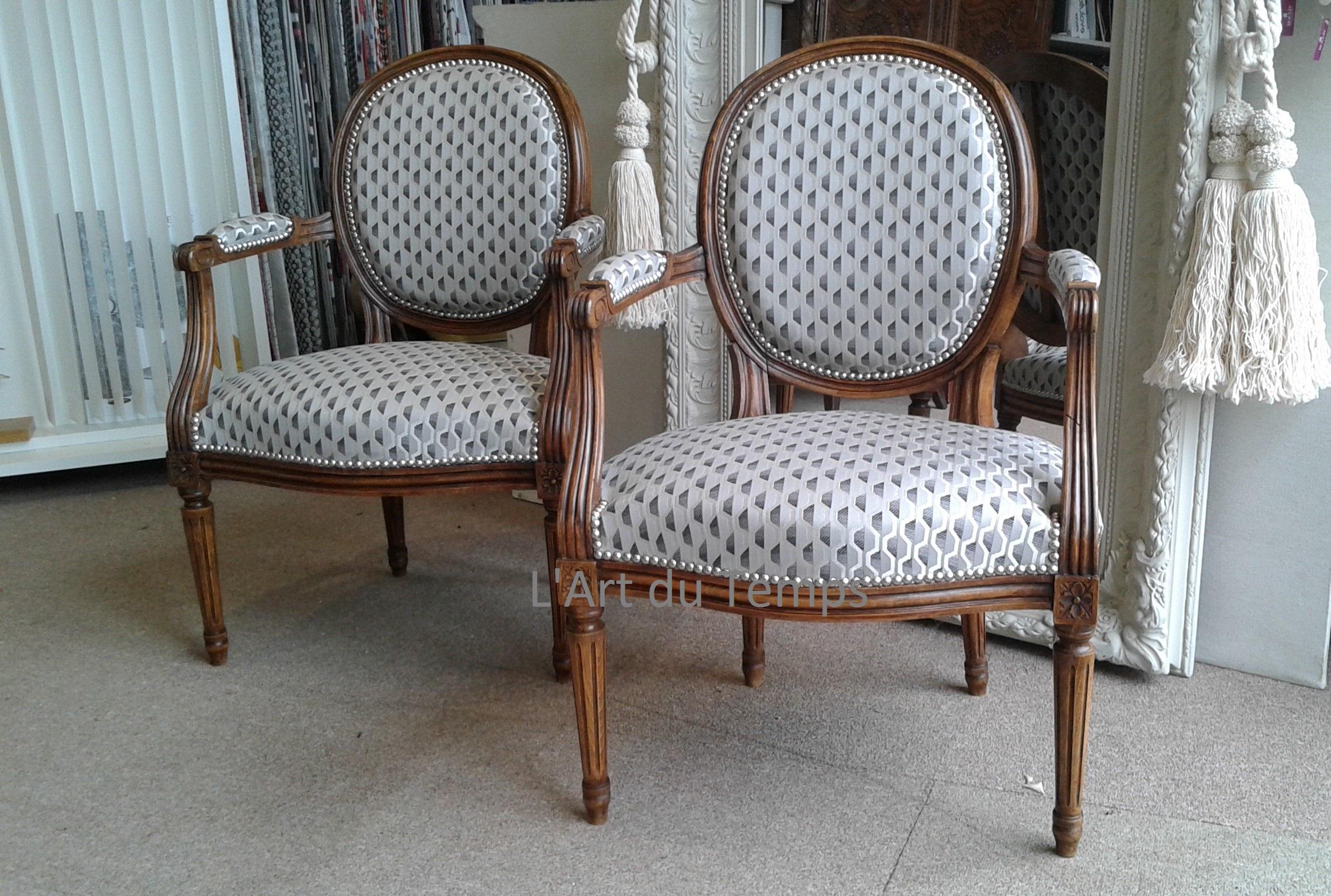 Jolie paire de fauteuil de style Louis XVI tissu Romo