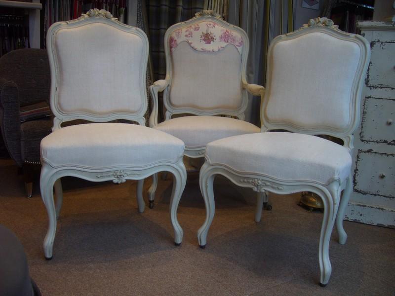 2 fauteuils et 2 chaises recouverts avc des draps anciens, lambrequin CASAL