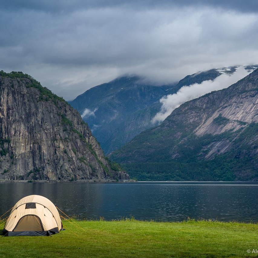 Фото: палатка на берегу фьорда