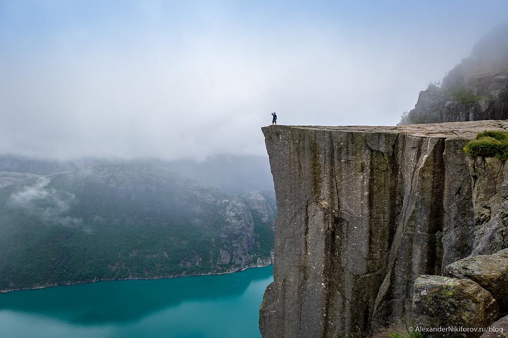 Норвегия. Фотограф на скале Прекестулен.