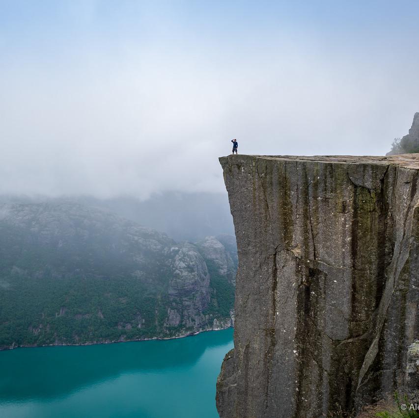 Фотограф на скале Прекестулен