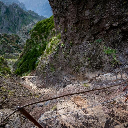 Фото: лестница среди скал