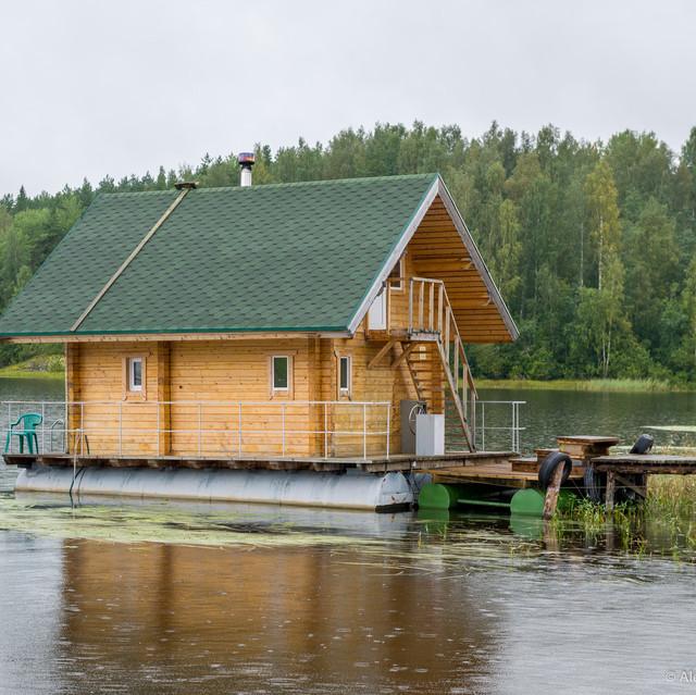 Фото: плавучая баня в Карелии