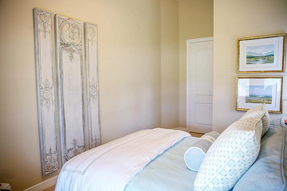 Guest bedroom decor