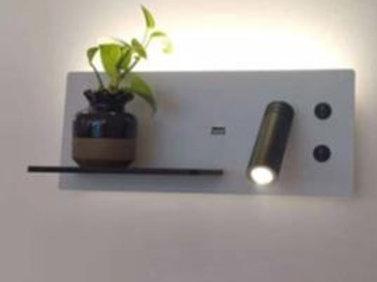 Liseuse murale blanche avec étagère et port USB intégré
