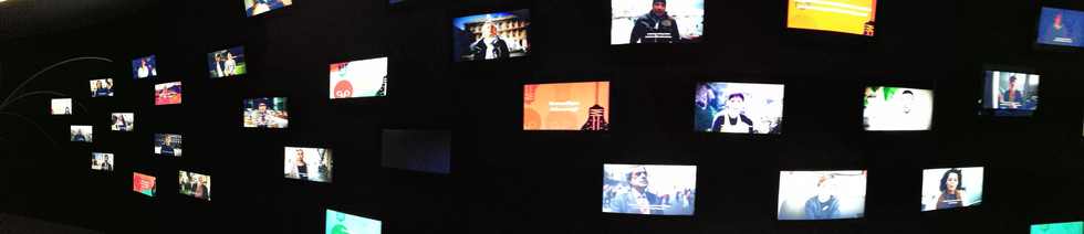 Il corridoio delle TV faces