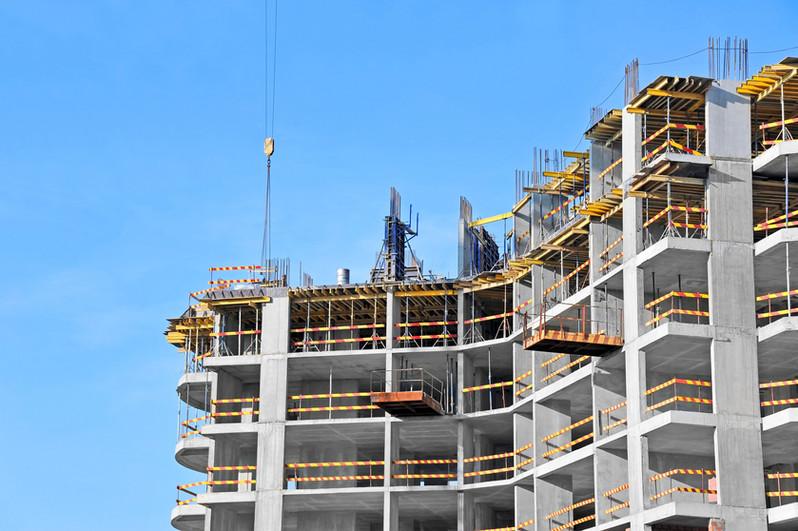 שלד בניין עם ברזלים ובטון באתר בנייה