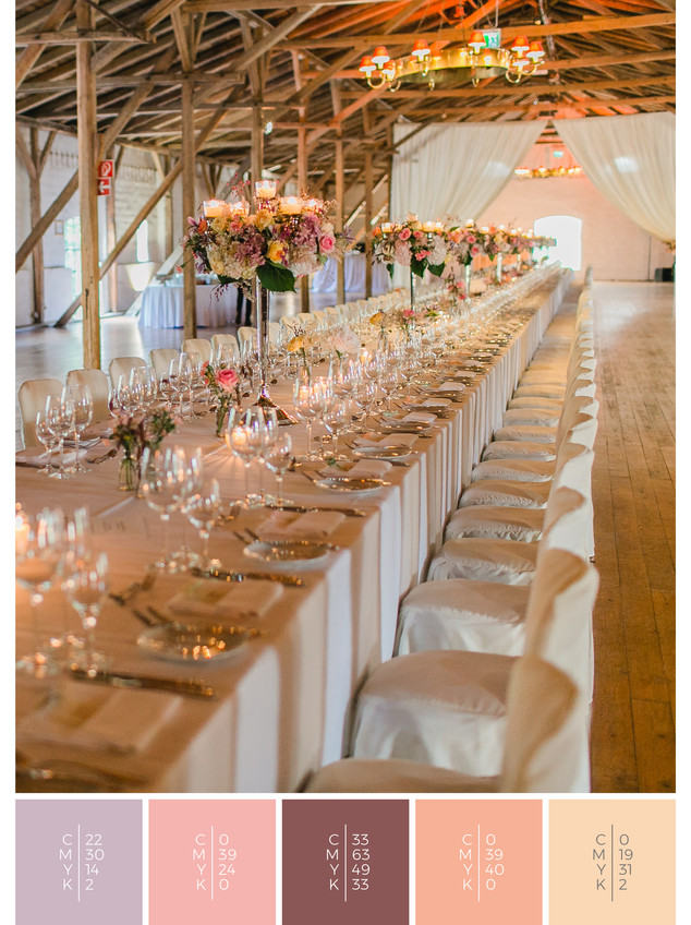 """This wedding table decoration of the wedding mood board """"Precious Petals"""" has a color scheme palette in shades of violet and coral."""