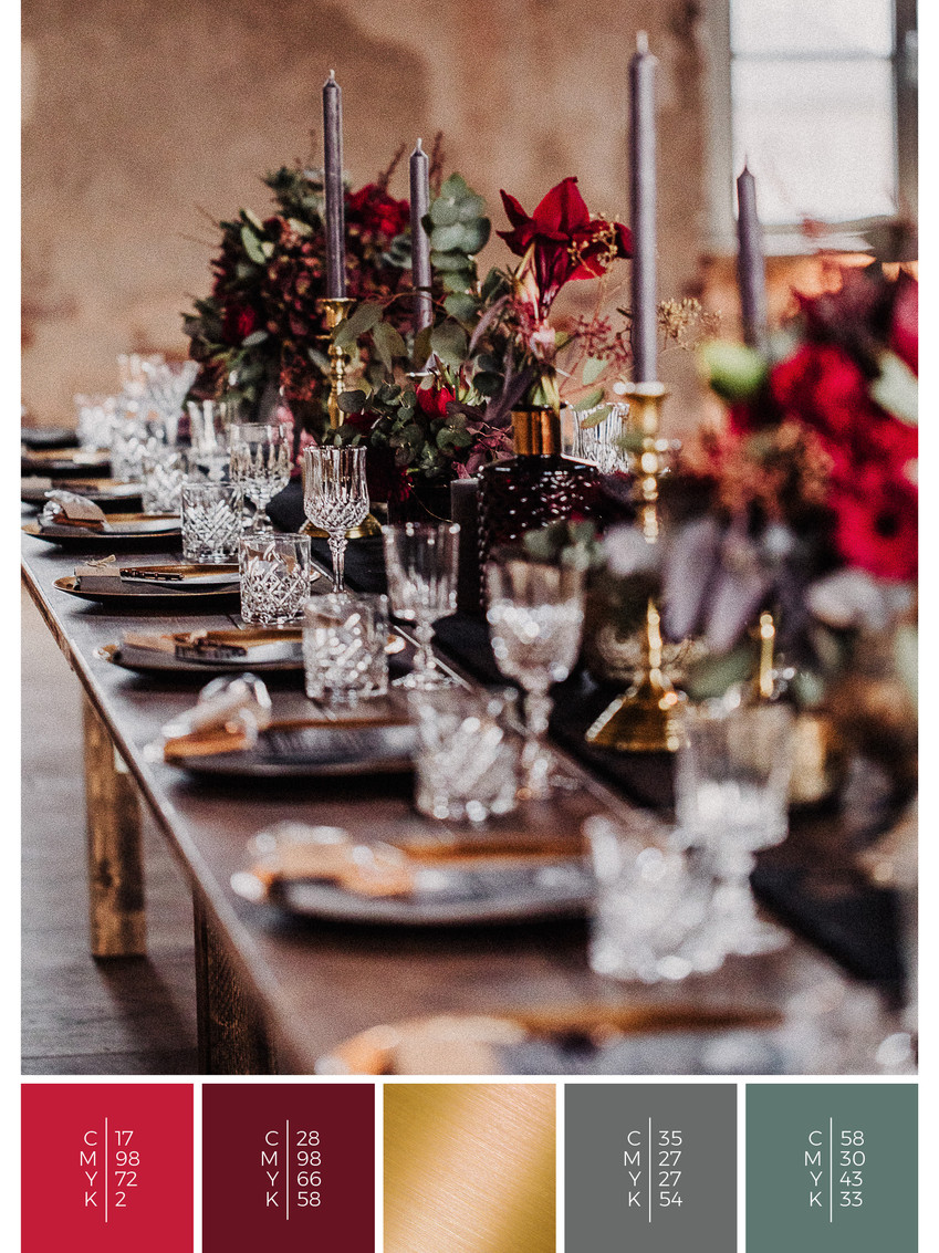 """This wedding table decoration of the wedding mood board """"Rustic Glamour"""" has a color scheme palette in shades of red and black."""
