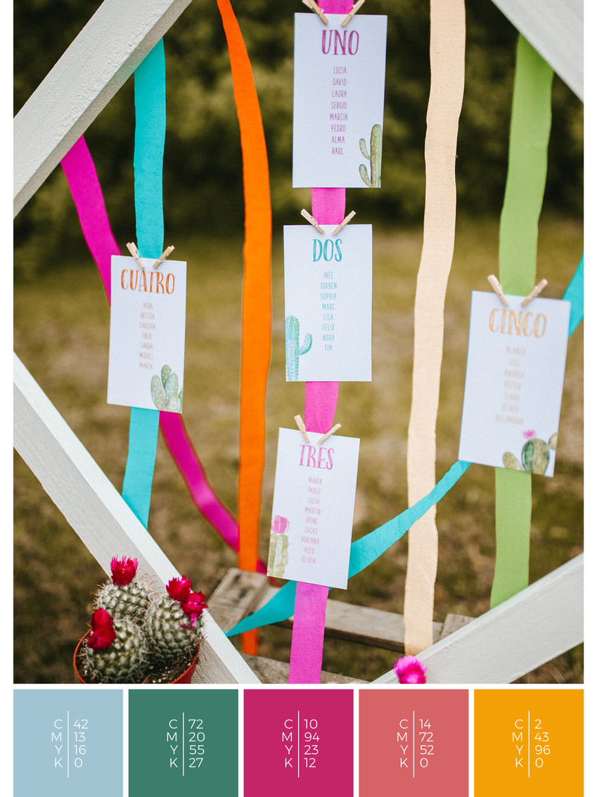 This wedding stationery for a barn wedding fits perfectly to a colorful wedding style in shades of pink and orange.