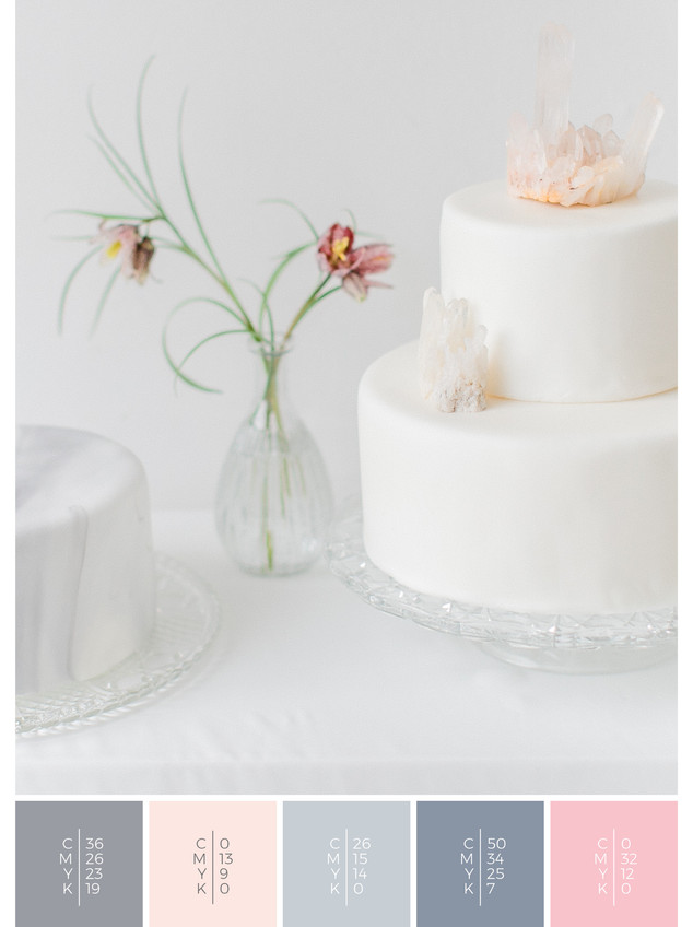 """The wedding cake of the wedding mood board """"Crystal Clear"""" fits to a color scheme palette in shades of gray, blue and blush."""