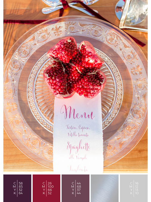 This wedding menu card for an Italian wedding fits perfectly to a romantic wedding style in shades of violet and red.