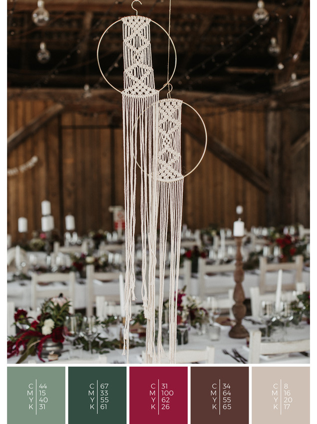 """This wedding table decoration of the wedding mood board """"Mellow Mountain"""" has a color scheme palette in shades of red and pink."""