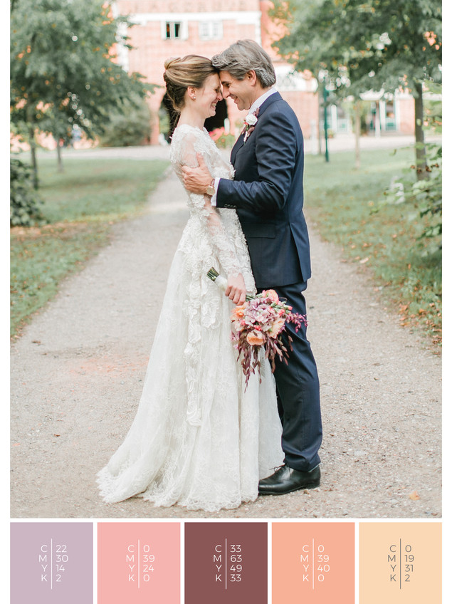 This wedding dress for a barn wedding fits perfectly to a vintage wedding style in shades of violet and coral.
