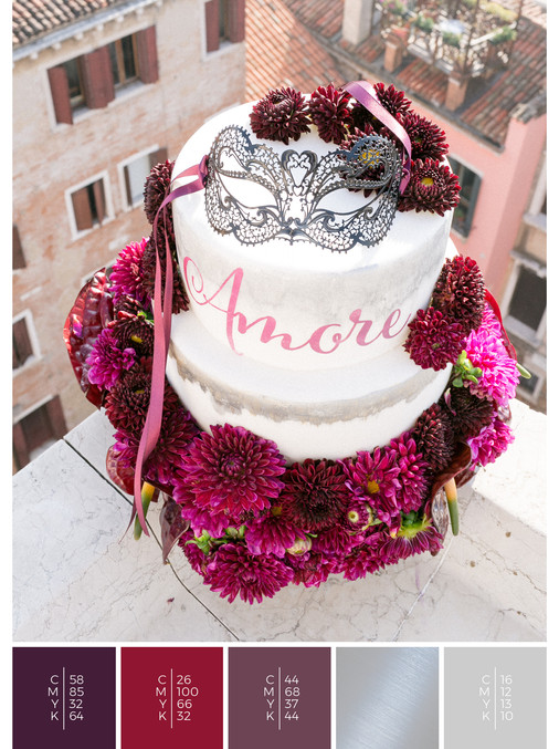 "The wedding cake of the wedding mood board ""Venice Rooftop"" fits to a color scheme palette in shades of violet and red."