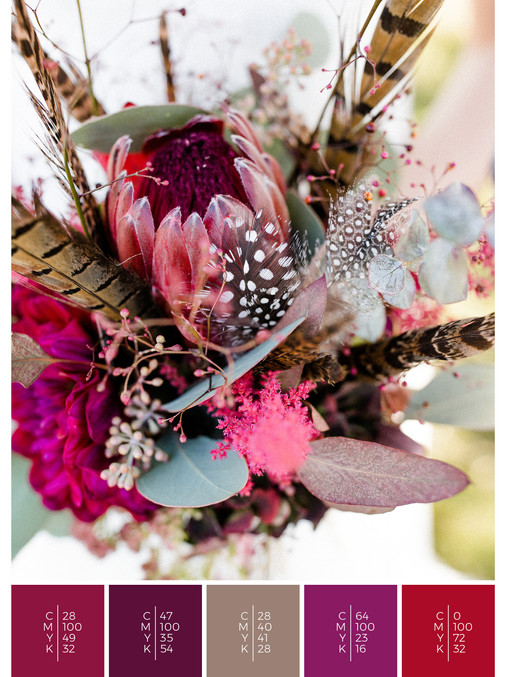 """The bridal bouquet of the wedding mood board """"Indian Summer"""" has a color scheme palette in shades of red, pink and puprle."""