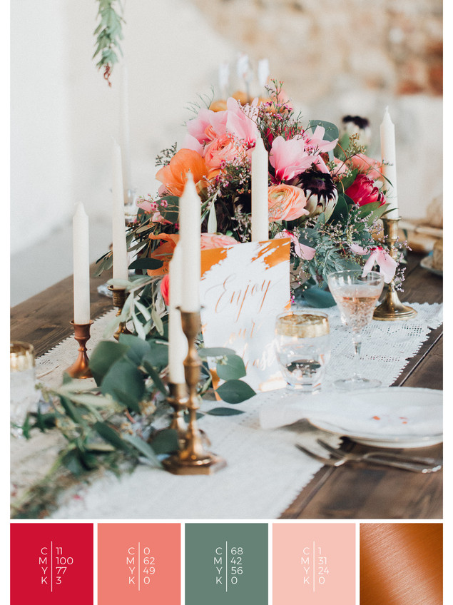 Wedding table decoration in shades of red, coral and copper for a vault wedding in autumn