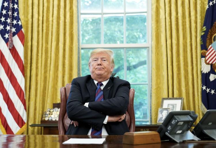 Trump con braccia incrociate