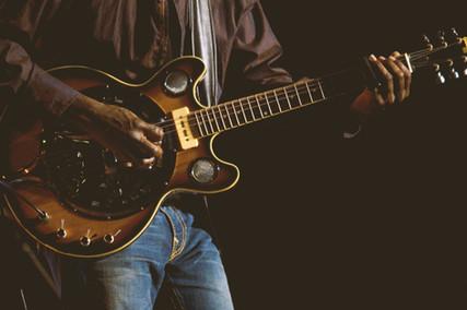 Jogando uma guitarra elétrica