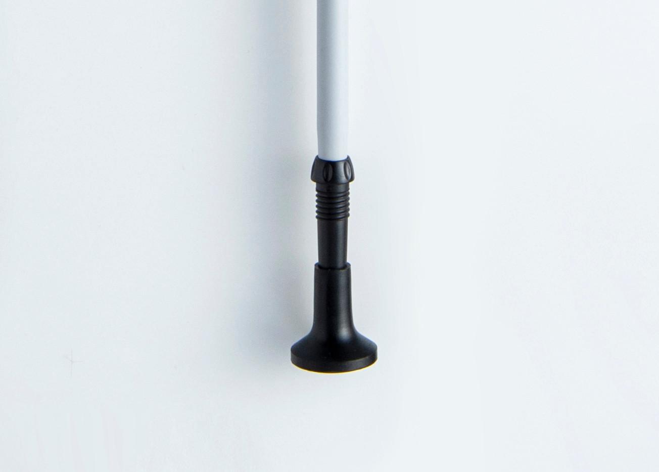 ポールの突き角度に追従し、広い設置面積を確保する先端ゴム ポールの突き角度に追従する首ふり設計で、地面をしっかりキャッチする安定感