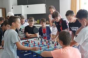 Kinder spielen Calcetto im Jugendraum Barbian