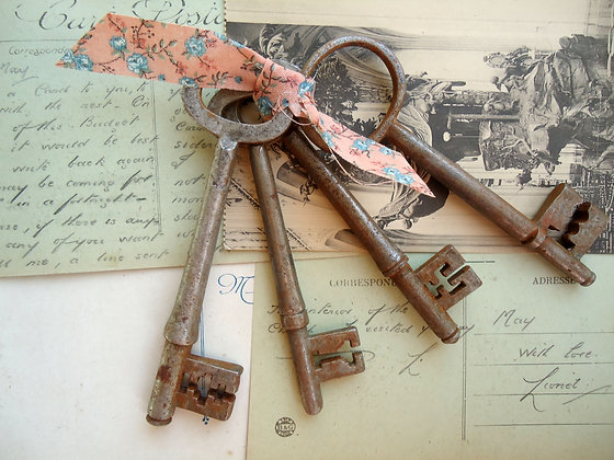 Bunch of 4 Vintage Keys
