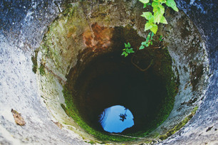 Cade in un pozzo per 14 metri, salvata dai vigili del fuoco