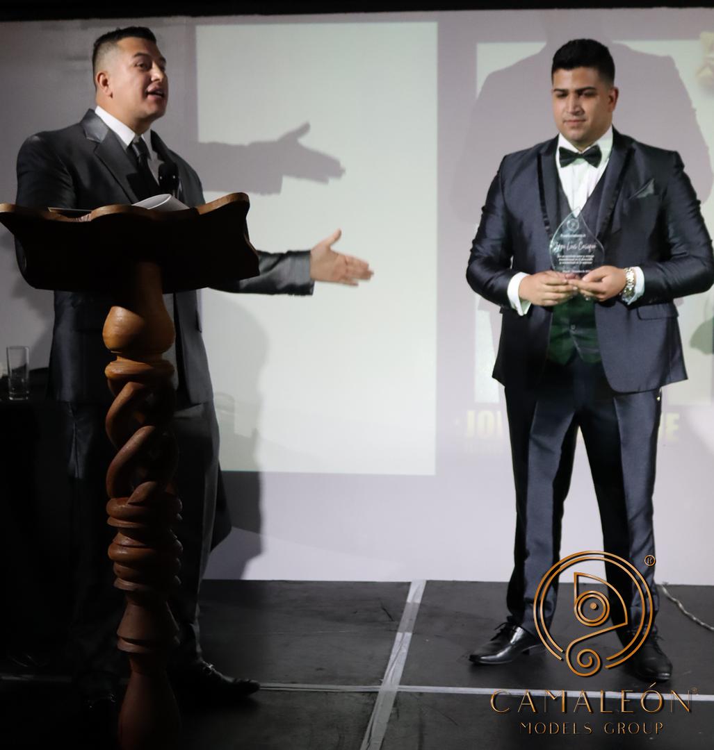 Una pequeña muestra de los momentos vividos en la gala de premiación y cierre de fin de año, donde hubo muchas categorías premiadas, siendo esta no una gala empresarial si no un evento mas de la familia camaleón.