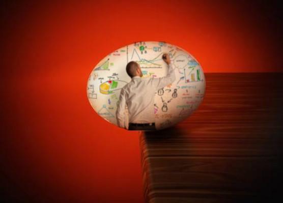 proyecto, hombre dibujando, huevo por caer