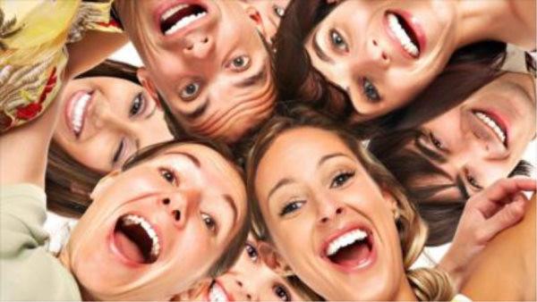 gente riéndose, risa