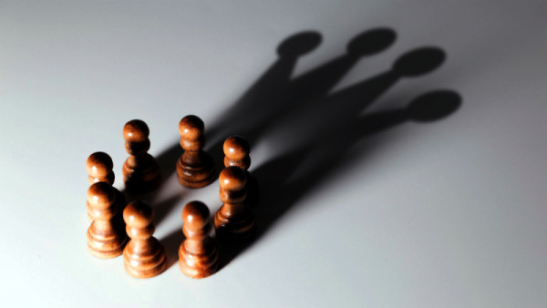 Peones, sombras, corona, rey, autoconfianza, trabajo en equipo