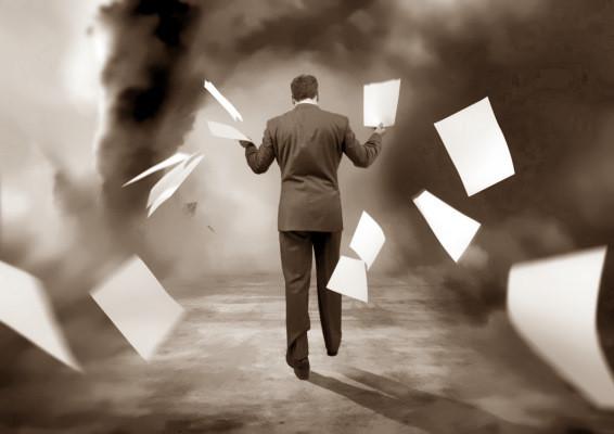 tormenta, persona yéndose, papeles en el aire