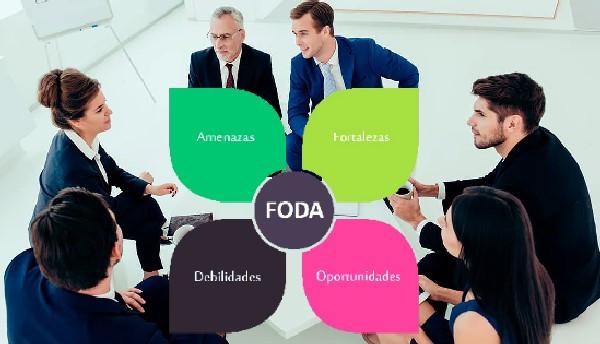 Análisis FODA, grupo trabajando
