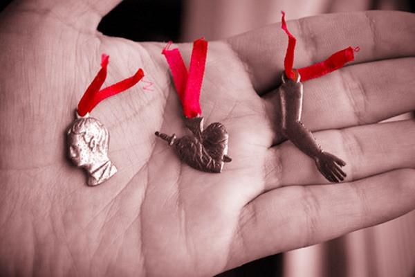 Mano sosteniendo medallas