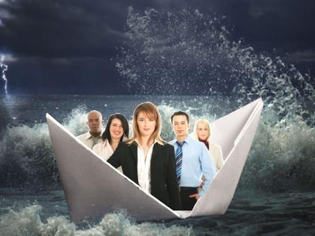 En una tormenta, la tripulación no debe pensar en ahogarse