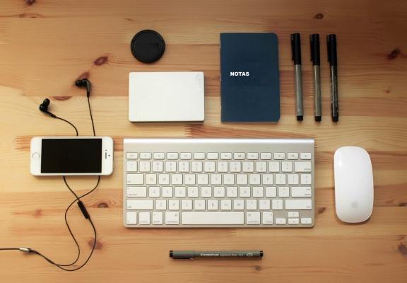 escritorio, mouse, teclado, celular, cuaderno, lapiceras