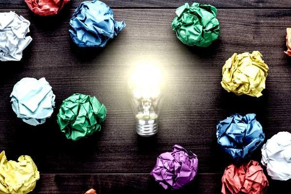 brainstorming, bollos de papel, lámpara encendida