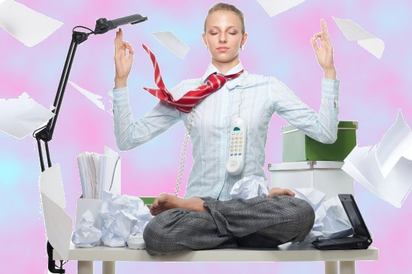 Oficina en desorden,, estrés, persona meditando