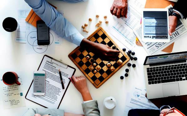 ajedrez, computadoras, gente trabajando