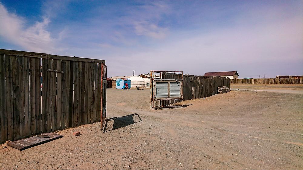 Eingezäuntes Grundstück mit Jurte und Garage